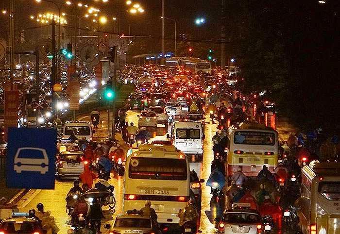 Đường Giải Phóng – Đại Cồ Việt, hàng loạt phương tiện chen chân nhích từng chút một.