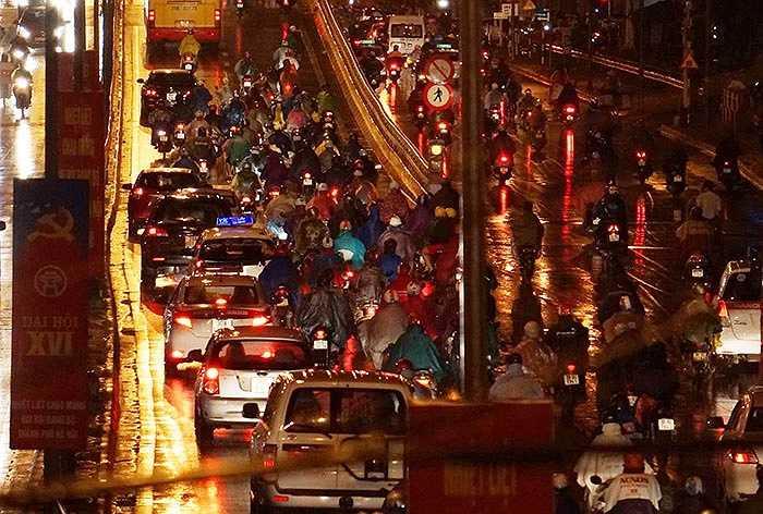 Cầu vượt Ngã tư Vọng, các phương tiện di chuyển chậm chạp. (Ảnh: Việt Linh)