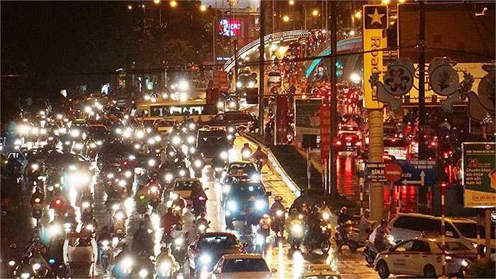 Theo ghi nhận của PV, ở một số tuyến đường bị ùn tắc kéo dài là Nguyễn Phong Sắc, Nguyễn Chí Thanh, Nguyễn Trãi, Giảng Võ, Đê La Thành, Giải Phóng,...