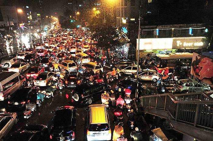 Dòng người và xe hỗn độn trên phố tuyến Láng Hạ - Giảng Võ.