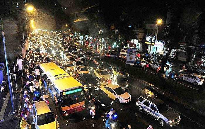 Đường Giảng Võ có tới 4 làn xe ô tô đứng chờ đèn đỏ.