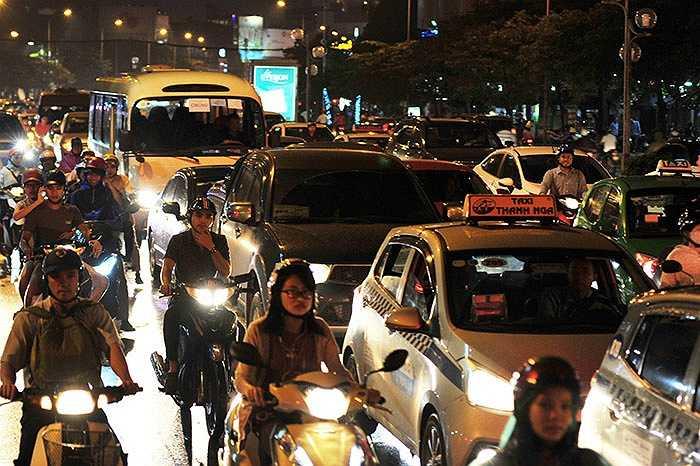 Phía đường Nguyễn Phong Sắc, các phương tiện cũng không thể di chuyển lo lưu lượng quá lớn.