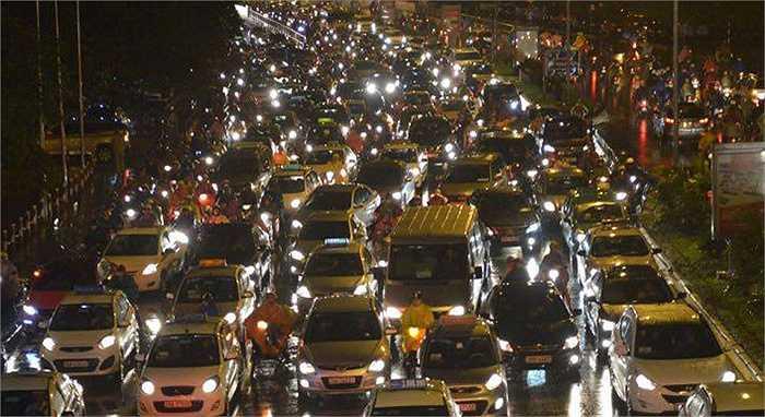 Tại khu vực đường Trần Duy Hưng, có tới 5 làn xe ô tô xếp hàng, di chuyển chậm chạp.