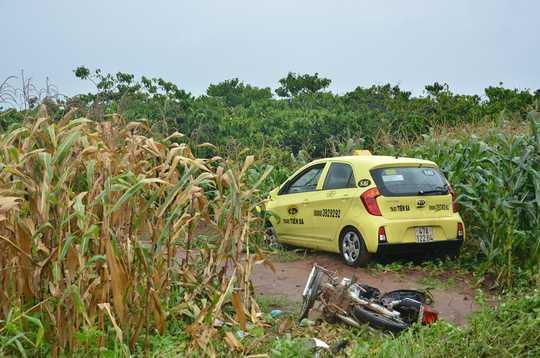 Chiếc xe taxi lao xuống ruộng ngô sau khi tông vào 2 xe máy