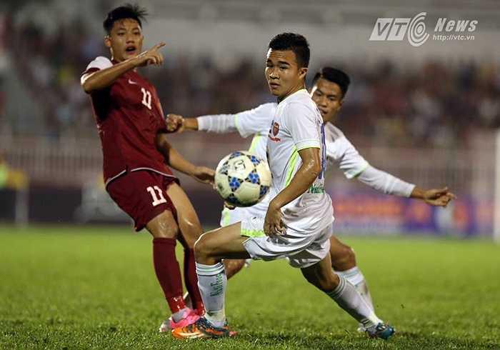 Thế nhưng sau khi vượt lên, đội bóng phố Núi đã chùng xuống và để cho U21 Việt Nam có những pha lên bóng tốc độ. (Ảnh: Quang Minh)