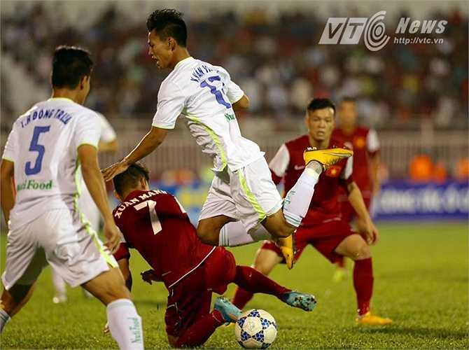 Hơn 40 phút kể từ khi bị dẫn bàn, U21 HAGL chơi thứ bóng đá bế tắc, bất lực trước hàng thủ được dựng xe bus 2 tầng của U21 Việt Nam. (Ảnh: Quang Minh)
