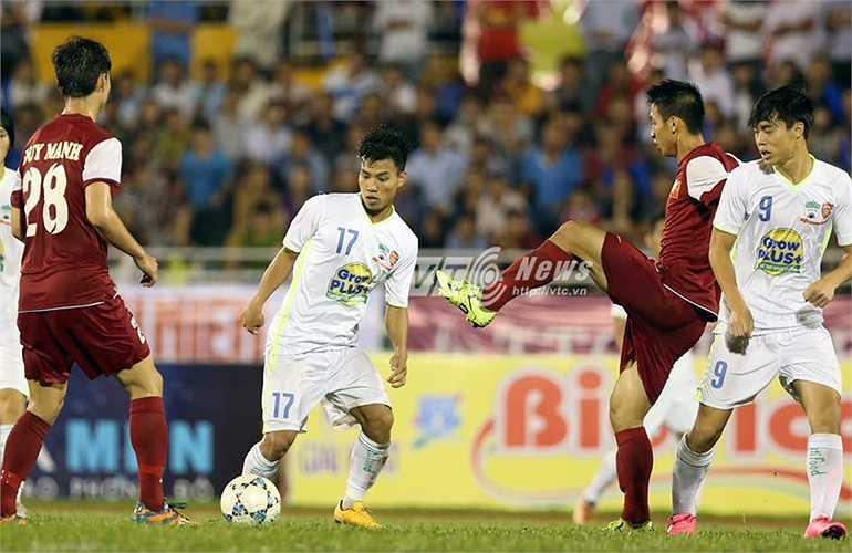 Bóng được U21 HAGL chuyền đi chuyền lại rất nhiều nhưng không tài nào xuyên thủng hàng thủ U21 Việt Nam. (Ảnh: Quang Minh)