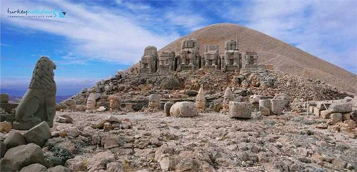 Nằm ở Đông Nam Thổ Nhĩ Kỳ, ngọn núi Nemrut (hay Nemrud) được coi là ngọn núi thiêng nổi tiếng bậc nhất của đất nước này.