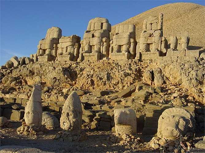 Di chỉ khảo cổ này được khai quật vào năm 1881 bởi Charles Sester, một kỹ sư người Đức. Những gì khai quật được là các bức tượng, tất cả trong tình trạng mất đầu, cùng với khu lăng mộ an táng của Antiochus nhưng không thấy mộ của ông.