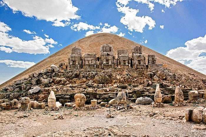 Một số hình ảnh khác về khu lăng mộ trên núi Nemrut.