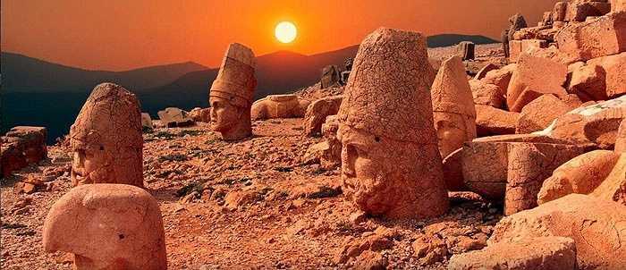 Đây là một khu mộ rất hoành tráng với hai bên lối vào là những pho tượng khổng lồ cao gần 9m.