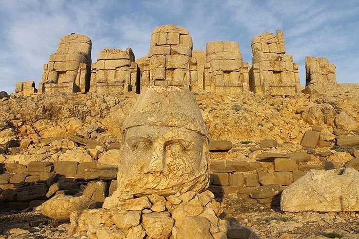 Đó là tượng của hai con sư tử, hai con đại bàng trong thần thoại Hy Lạp, Armenia và các vị thần của Iran như Hercules Vahagn, Zeus - Aramazd hay Oromasdes, Tyche, và Apollo - Mithras.