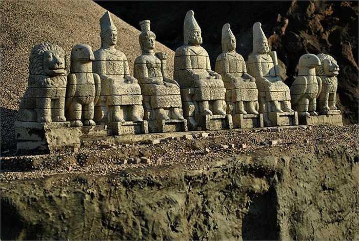 Phần phía Đông khu lăng mộ được bảo quản rất tốt, gồm nhiều lớp đá, và một con đường chạy sát chân núi là bằng chứng của một hành lang và một bức tường bảo vệ với các bậc thang lên lăng mộ ở phía Đông và phía Tây