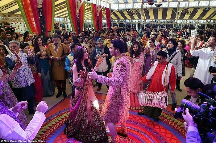 Khoảng 500 khách được mời tới dự đám cưới và chung vui cùng cặp đôi.