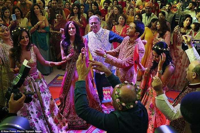 Cô dâu chú rể nhảy trong trang phục truyền thống bên tỷ phú Yogesh Mehta.
