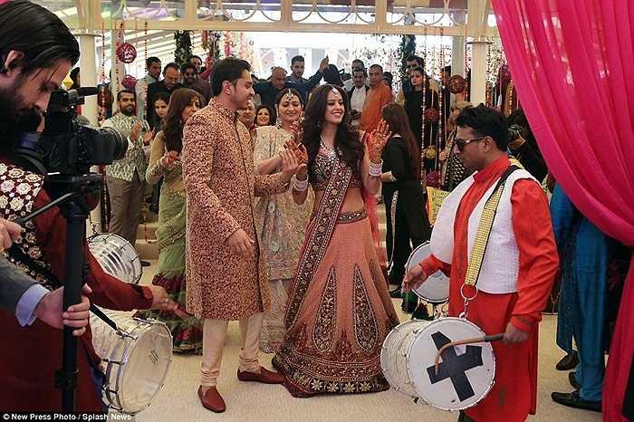 Chú rể Mehta ngỏ ý muốn di chuyển tới tiệc cưới bằng voi nhưng đã bị hội đồng thành phố Florence từ chối.
