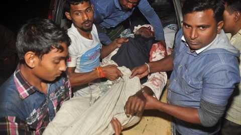 Một người bị thương trong vụ tấn công được đưa đi cấp cứu
