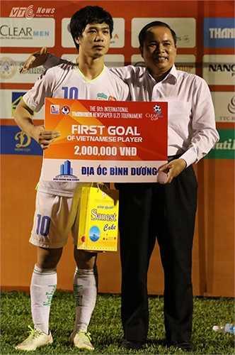 Công Phượng nhận giải thưởng cho người ghi bàn thắng đầu tiên trong trận đấu. (Ảnh: Quang Minh)