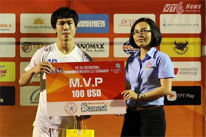 Anh xứng đáng nhận danh hiệu cầu thủ xuất sắc nhất trận đấu. (Yến Thanh - Ảnh: Quang Minh)