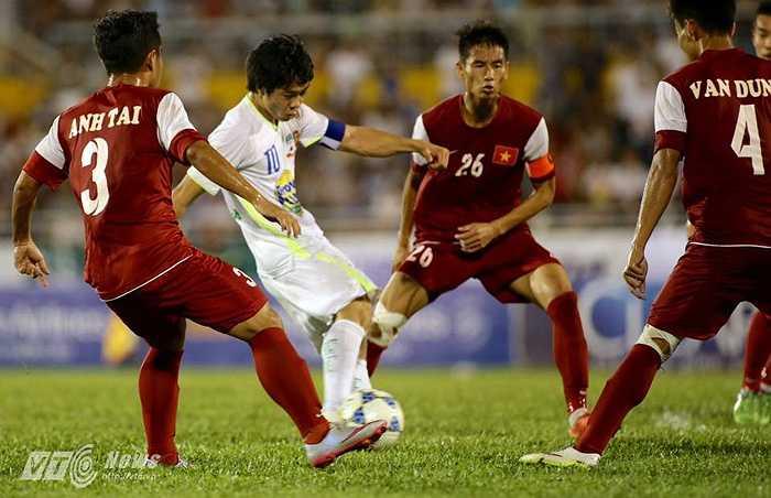 Cú sút lần này đi sệt, vào góc xa khung thành U21 Việt Nam. Bàn thắng của Công Phượng đưa trận đấu đến chấm 11m để phân thắng bại. (Ảnh: Quang Minh)