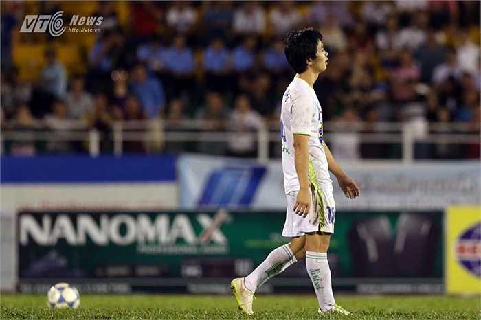 Nhưng rất bất ngờ, chuyên gia đá phạt phố Núi đã không đánh bại được thủ thành U21 Việt Nam. (Ảnh: Quang Minh)