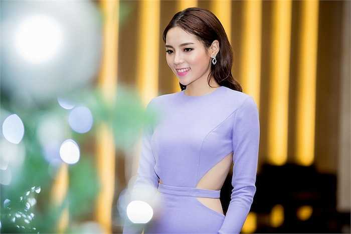 Tháng 12 này, gia đình Kỳ Duyên có tin vui khi anh trai cô sẽ tổ chức kết hôn. Hoa hậu đang phụ giúp mẹ để anh trai có một đám cưới hạnh phúc tại quê nhà Nam Định.