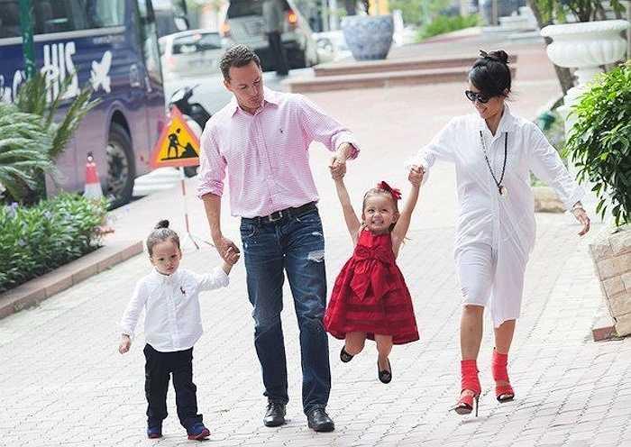 Dù đã ở tuổi ngoại tứ tuần, có chồng và hai con nhưng cô vẫn giữ được vẻ ngoài trẻ trung, năng động.