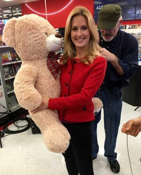 Chú gấu bông như trong hình đang rất được ưa chuộng trong năm nay. Trên Twitter của cửa hàng Target, rất nhiều khách hàng đang chia sẻ hình ảnh ôm chú gấu xinh đẹp