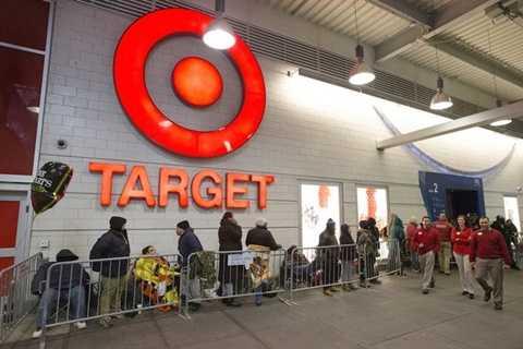 Hàng dài người mua sắm như không hề có điểm kết thúc