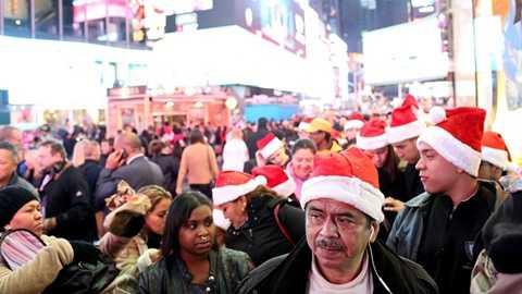 Dòng người nô nức đổ ra đường chờ đón ngày hội mua sắm. Vì trùng với dịp chuẩn bị Tết dương lịch và Noel nên số lượng người ra đường cũng tăng lên không ngừng