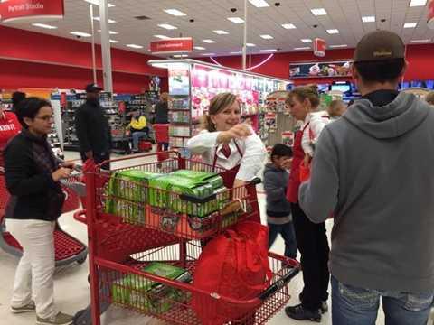 Không khí bên trong các cửa hàng cũng vô cùng náo nhiệt. Target là một trong các thương hiệu được người dân tin tưởng và sở hữu nhiều chương trình khuyến mãi hấp dẫn nhất