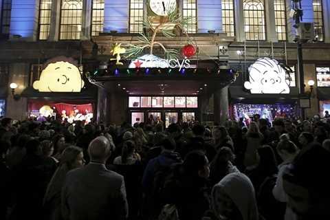 Bên ngoài cửa hàng Macy, hàng người đã đứng đông nghẹt và đen kịt