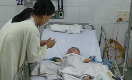 Bé Phát đang được điều trị tại bệnh viện Nhi Đồng 1