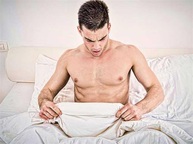 Hẹp bao quy đầu: Hẹp bao quy đầu thường xảy ra trong giai đoạn tiến triển của ung thư dương vật, gây đau đớn cho hầu hết nam giới.