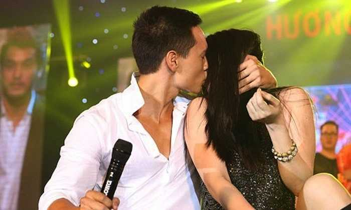 Trong 'Hương Ga DJ Party', Trương Ngọc Ánh và Kim Lý đã tái hiện lại cảnh hôn nhau đầy tình cảm trong phim.