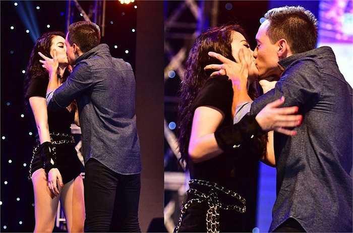Không ngần ngại ngồi bệt trên sân khấu trao nhau những nụ hôn nồng say.