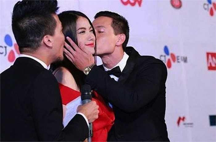 Trong khuôn khổ Liên hoan phim Quốc tế Hà Nội, Nam diễn viên điển trai dành cho bạn diễn nụ hôn nồng nàn.