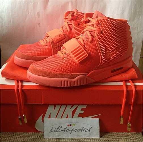 Air Yeezy II Red October là kết quả của hợp tác giữa Kanye West và Nike hồi năm ngoái. Ngay khi ra mắt, phiên bản giày đắt giá này đã bán hết ngay trong 11 phút. Giá trên eBay của Air Yeezy là 6000-12000 USD.