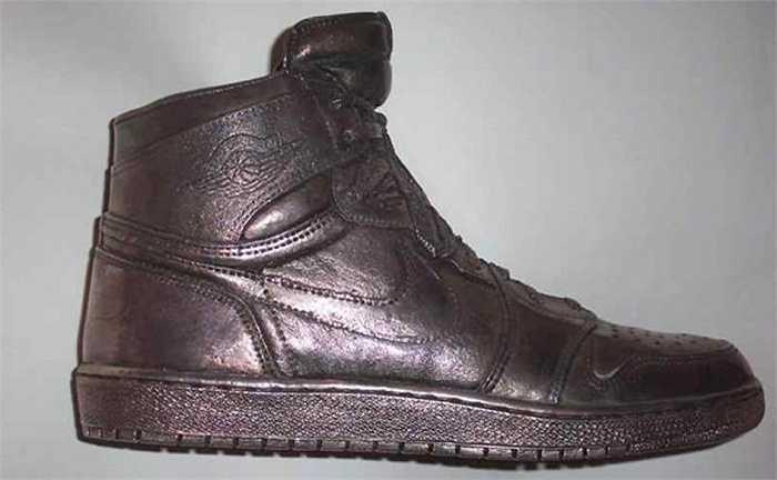 Có những phiên bản giày đắt giá nhưng không thể đi. Một trong những mẫu giày chỉ-để-trưng-bày đó là Silver Air Jordan 1 có giá 60 000 USD nặng 10 lbs (khoảng 4,5 kg) và làm bằng bạc chống xỉn màu.