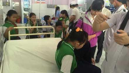 Sau khi ăn tàu hũ tại trường, hơn chục em học sinh phải nhập viện do đau nụng và nôn ói. (Ảnh: Kiến Thức)