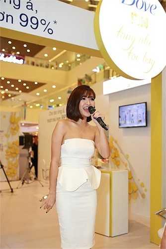 Trong sự kiện, Bùi Bích Phương hát hai ca khúc Mình yêu nhau đi và Rằng em mãi ở bên.