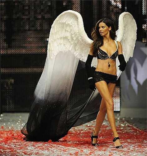 10. Black Diamond Fantasy Miracle, 5 triệu USD: Chiếc áo này được làm từ 3.575 viên kim cương đen, với hai viên kim cương có trọng lượng 100 carat cùng hàng nghìn viên đá quý khác. Thiên thần gốc Brazil Adriana Lima là người mặc bộ nội y 5 triệu USD này