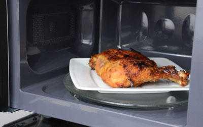 Thịt gà là một trong những món không nên hầm bằng lò vi sóng (Ảnh minh hoạ)
