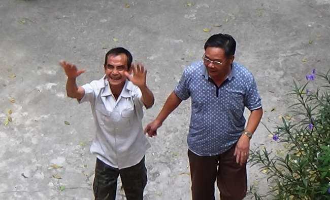 Ông Huỳnh Văn Nén (trái) vui sướng trong sáng 28-11 khi nhận quyết định đình chỉ điều tra - Ảnh: Ng.Nam