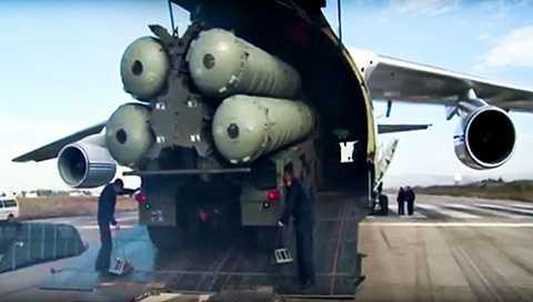Hệ thống tên lửa S-400 của Nga được đưa tới Syria. Ảnh: RT