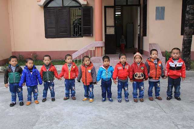 Từ trái sang: 10 cháu bé lần lượt có tên Cộng, Hòa, Xã, Hội, Chủ, Nghĩa, Việt, Nam, Hùng, Mạnh do Bộ Công an đặt trong giấy khai sinh. Ảnh: Nhị Tiến