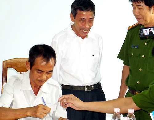 Ông Nén ngồi làm việc với Cơ quan điều tra Công an Bình Thuận. Ảnh: T. N