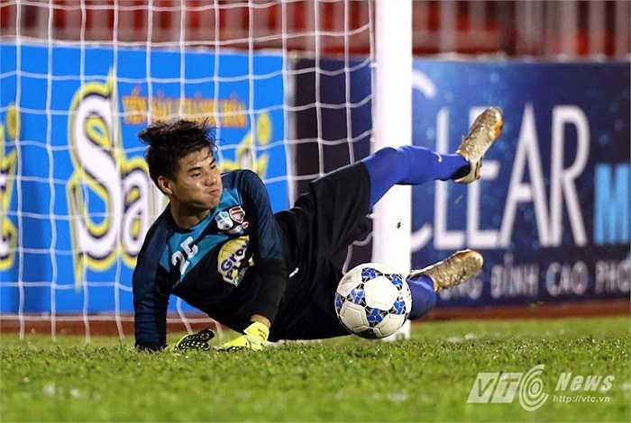Pha cứu thua này đã giúp U21 HAGL vượt qua U21 Việt Nam với tỷ số 3-2. (Ảnh: Quang Minh)