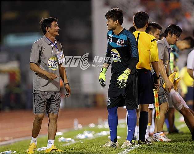 Trước loạt 11m, anh rất tự tin khi được HLV thủ môn của U21 HAGL truyền lửa. (Ảnh: Quang Minh)