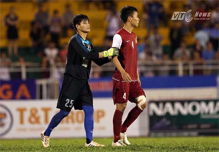 Nhưng cầu thủ U21 Việt Nam lại sút bóng ra ngoài. (Ảnh: Quang Minh)